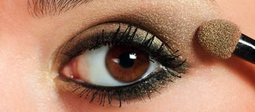maquillando un ojo marron en dorado