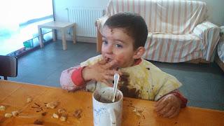Mancharse comiendo chocolate