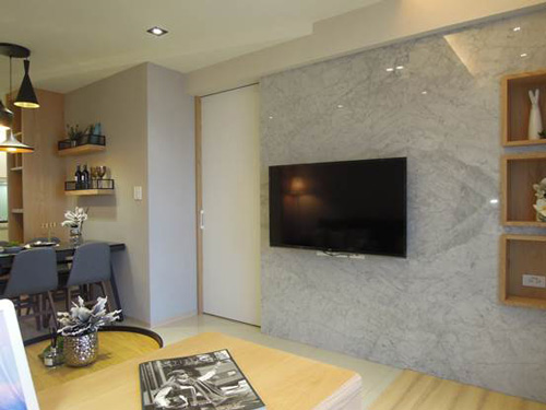 省去了電視音響櫃,空間流暢性十足,貼心的空間設計讓家人在客廳流連忘返。