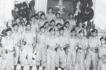 Anggota kontingen pasukan perdamaian Garuda I dari Indonesia di Istana Merdeka setelah upacara pelepasan pada tanggal 31 Desember 1956.