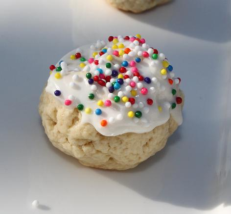 these are Italian wedding tray cookie a cookie with flavors of vanilla, lemon or anisette with frosting and sprinkles on top
