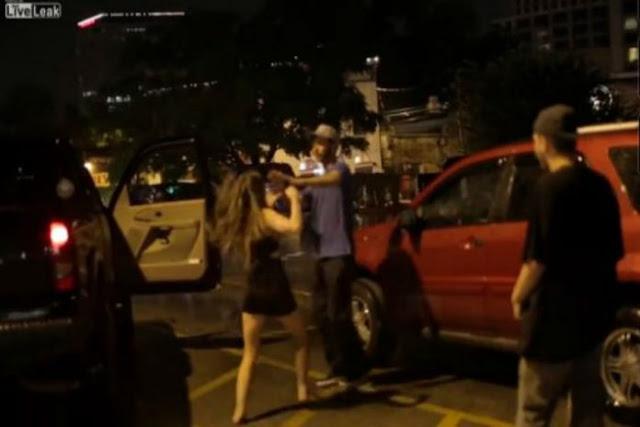 Τρελά μπουκετίδια ανάμεσα σε μια κοπέλα και έναν άντρα στη μέση του δρόμου!