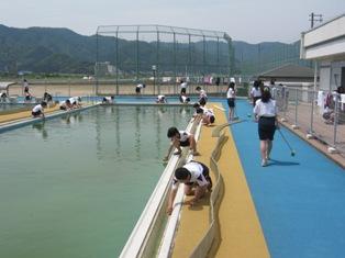 おおい町立本郷小学校 web: 5,6年生でプール掃除 おおい町立本郷... 6年生でプール掃除