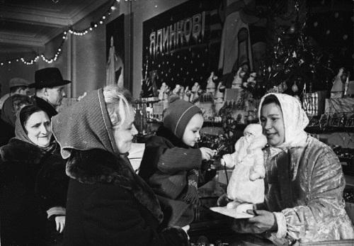 Продажа елочных украшений в Киевском центральном универмаге. 60-е