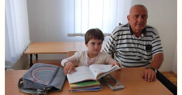 У последњих месец дана у централном делу Косова полицији су пријављена два напада Албанаца на српске девојчице – у Грачаници и Преоцу. Девојчице из Преоца имају 12 и 14 година, и њихова мајка каже да нема дана да им на улици Албанци погрдно не добацују из аутомобила. Нема српске средине на Косову и Метохији да се дневно не деси да нека Српкиња од Албанаца не доживи непријатност на улици. Добацују разне вулгарности, погрдно гестикулирају, и то ће вам рећи у Гораждевцу, Липљану, гњиланском крају, Грачаници, Лапљем Селу, Ораховцу, и да не набрајам даље. Лоша искуства имају и монахиње када изађу на улицу.     Лично познајем неколико породица чије су девојчице доживеле сличне нападе, али њихови родитељи нису желели да то пријављују полицији, јер не верују да ће то нешто променити. Нападачи на малолетну девојчицу у Грачаници су ухапшени и пуштени. Њени родитељи су одлучили да их туже, али то не значи да ће бити и осуђени нити значи да ће такви напади престати.     Ове нападе сам издвојила од, рецимо, паљења повратничке куће у селу Томанце у општини Исток, крађе стоке повратничкој породици у селу Бање у општини Србица, напада на српске новинаре у Обилићу или напада на возило ПТТ Србије у селу Ћушка код Гораждевца. (Сви инциденти, изузев напада на две сестре у Преоцу, десили су се у само неколико дана.) Издвојила сам их зато што они код Срба изазивају највећи страх. Не мислим само на нас што смо остали већ и на расељене, на оне који би желели да се врате. Страх који код родитеља изазива помисао да вам на улици непознати људи могу зауставити дете – женско дете – вући га за руку, ударати, додиривати или, не дај Боже, стрпати у ауто и негде одвести, не може се речима објаснити. Све то родитеље враћа у прошлост, јер су Албанци и на њих кидисали – и они су одрастали под тим притиском. Овде људи у буквалном смислу почињу да луде, јер се све понавља, исти сценарио више од пет деценија. Тај страх убија све у нама, не да нам да се опустимо, да видимо ишта лепо, под њим све губи смис