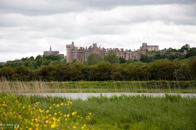lâu đài arundel nhìn từ bờ sông
