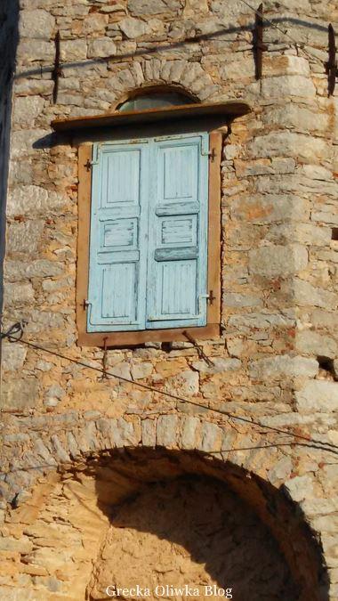 błękitne okiennice, okno w zabytkowej wieży Mesta Chios Grecja