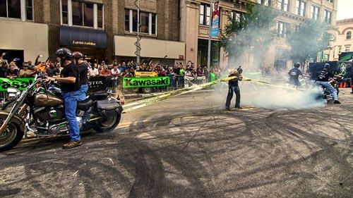 Aksi Wanita Perkasa Ditarik 4 Motor Harley Davidson