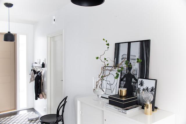 desenio, mustavalkoiset julisteet, eteinen, Villa H, sisustus, sisustustaulut