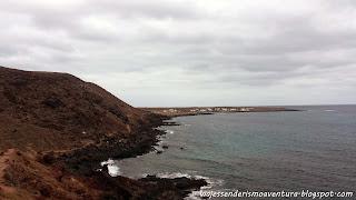 Sendero que nos lleva desde Caleta de Sebo hasta Pedro Barba (al fondo)