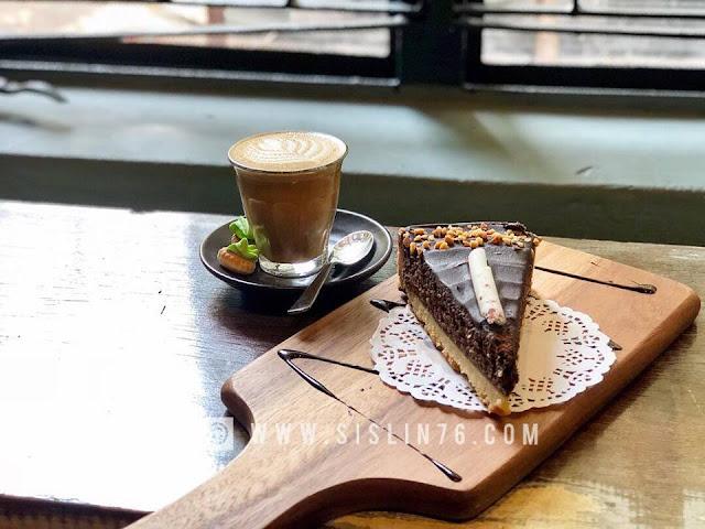 AUGUST CAFE JADI TARIKAN PENGUNJUNG SINGAPURA