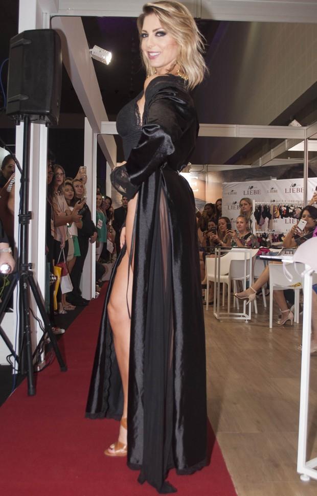 784b2b173 Sheila Mello enconde o bumbum em desfile de lingerie