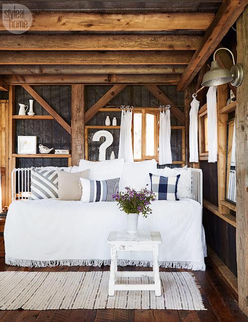 canapea alba intr-o casa rustica din lemn