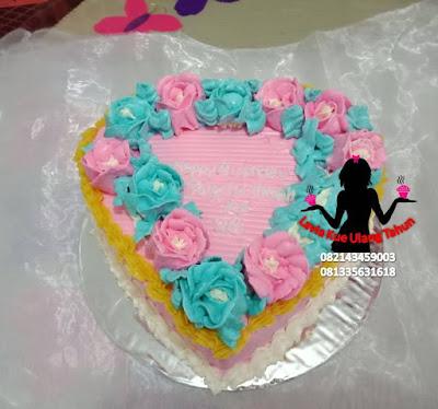 Kue tart bentuk Love dengan bunga mawar 3d