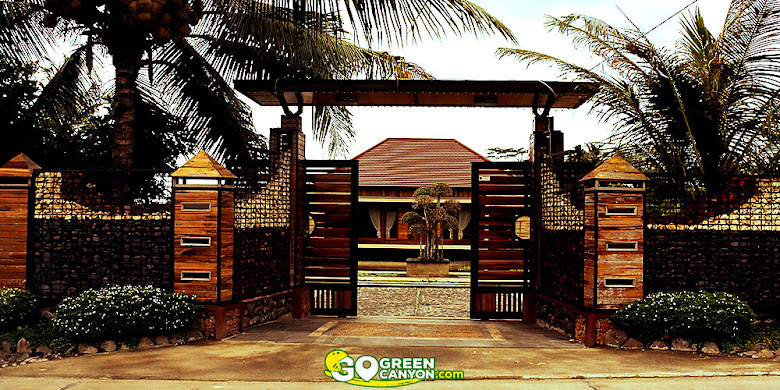 pintu gerbang villa woody