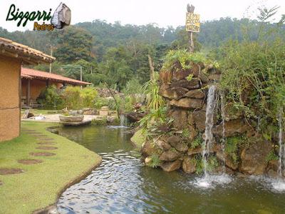 Pisadeira de pedra no jardim com pedra moledo tipo chapada, com execução do espelho d'água, a cachoeira de pedra e a execução do paisagismo.