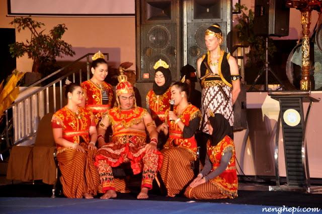 Raja Singaborang Bersama Para Selir dan Prajurit