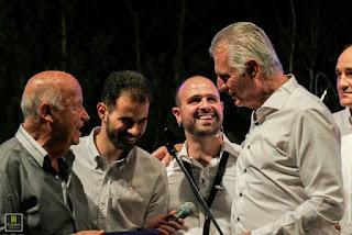 Ο Μίμης Πλέσσας, ο Α. Παχατουρίδης, ο Β. Αυγουλάς και ο Γ. Γαβράς στη σκηνή
