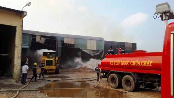 Gia Lai: Cháy kho chứa 20.000 tấn mì, lửa chưa có dấu hiệu dừng lại