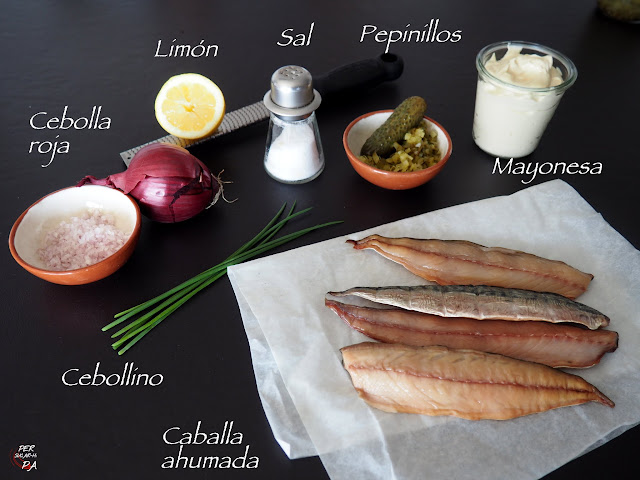 Paté de caballa ahumada aderezada con mayonesa casera y cebolla, pepinillo, cebollino y limón.