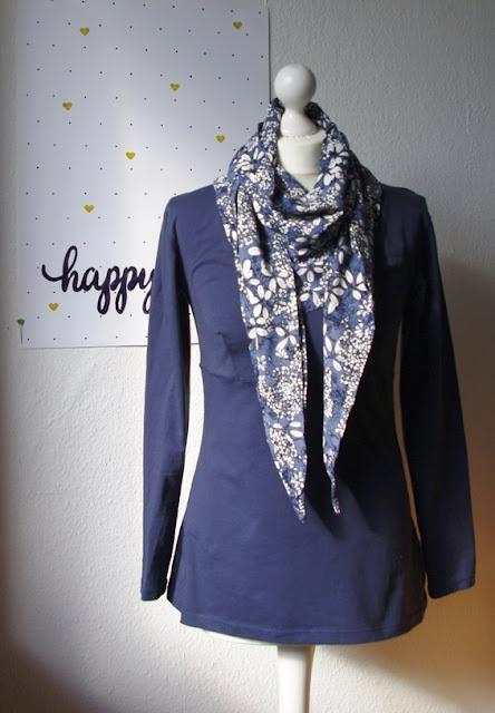 Shirt Wintershirt mit Tuch Schnittmuster für Frauen von AnniNanni selbst genähtes Damen Oberteil Longsleeve aus Jersey mit Viskose Schal Blau Blumen