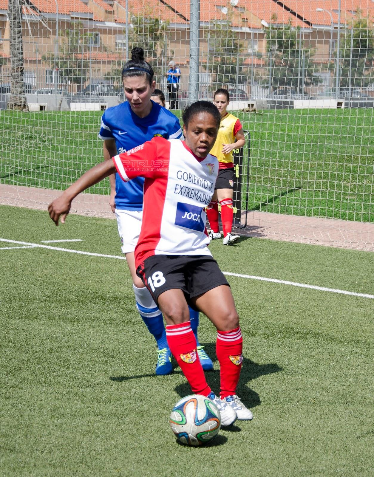 Dos chicas jugando fútbol, una regatea y otra defiende
