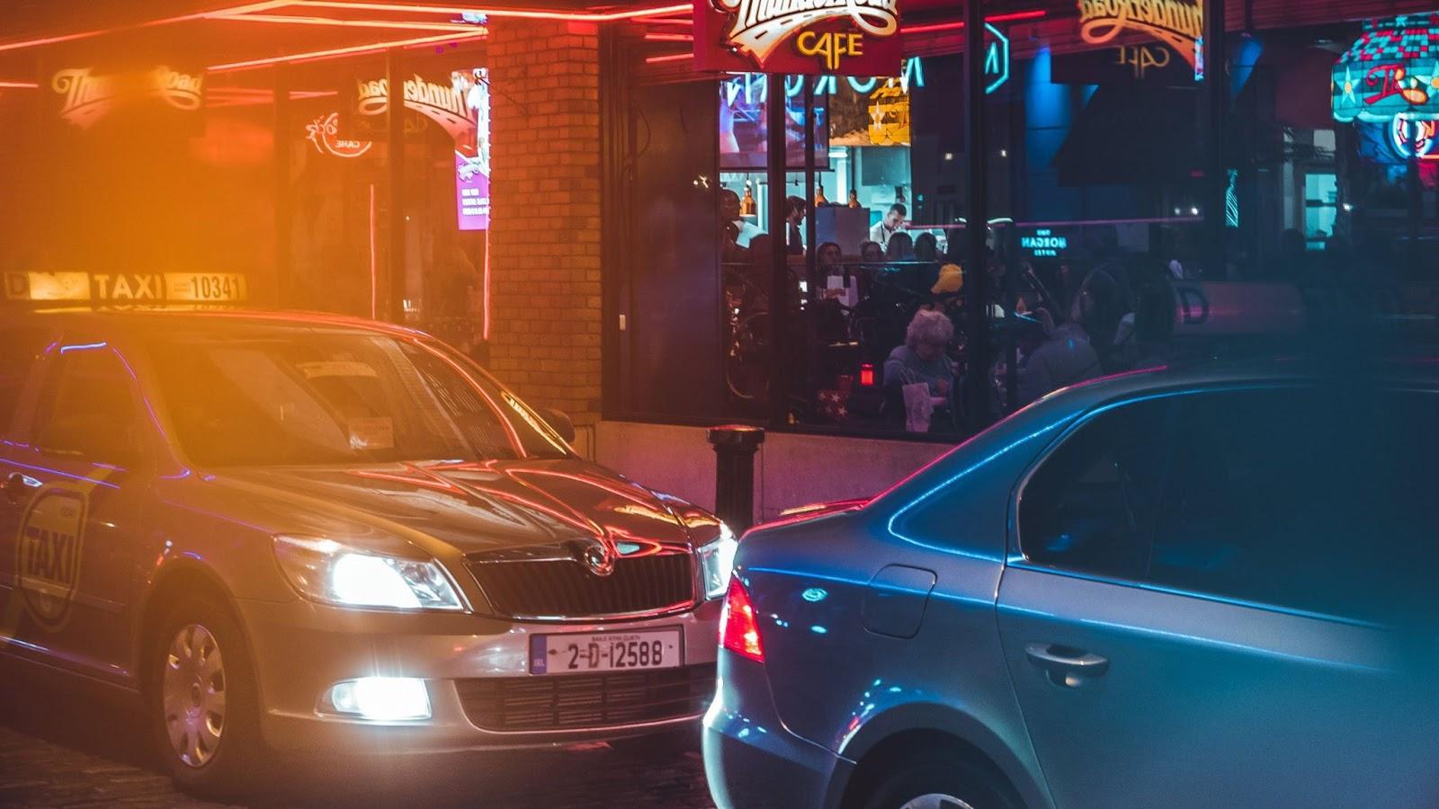 Ночная улица с эффектом засветки пленки