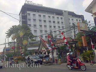 di seberang hotel Neo Malioboro
