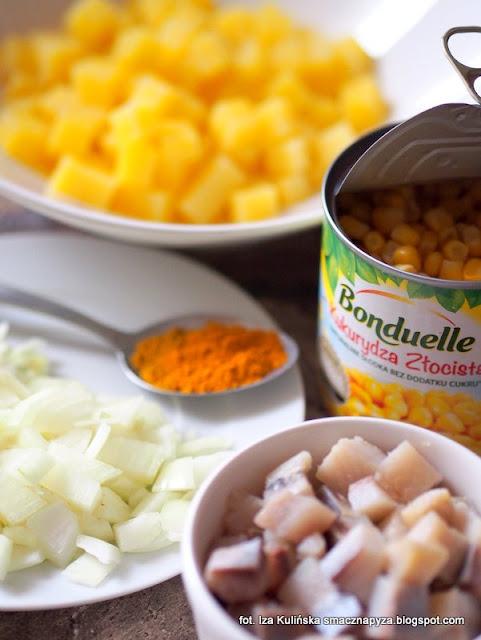 salatka ze sledziem i ziemniakami, zolta salatka sledziowa, dania na stol wigilijny, wigilijne sledzie, chrupiaca kukurydza w salatce sledziowej, dania swiateczne, salatka na impreze, sledzie,