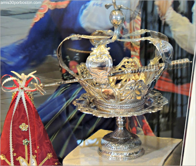 Corona Reina Isabel en el Azorean Whaleman Gallery del Museo de las Ballenas de New Bedford