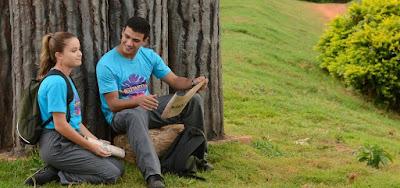 Carla (Raissa Chaddad) vai se aproximar de Gui (Lawrran Couto) para fazê-lo esquecer Raquel (Bel Moreira)