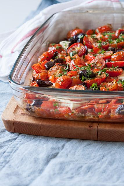 Grčka feta pečena u rerni sa paradajzom, paprikama i maslinama