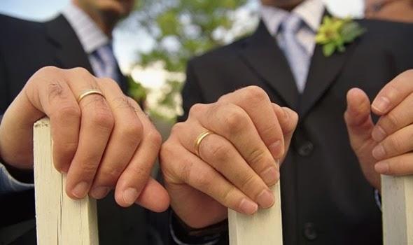 manos y anillos de pareja masculina homosexual durante su boda