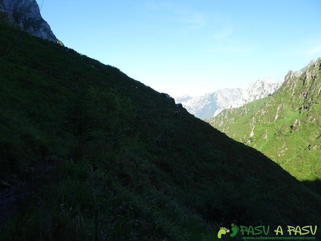 Ruta al Cueto Cerralosa y Jajao: Bajando ladera abajo del valle