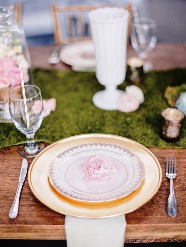 detalle floral en el plato de los invitados a una boda chicanddeco