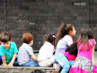 Crianças Sentadas no Multipalco da Praça João Correa - Bonecos Canela 2016