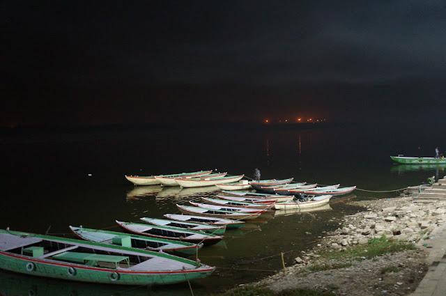 Sampan merapat di tepian Sungai Gangga