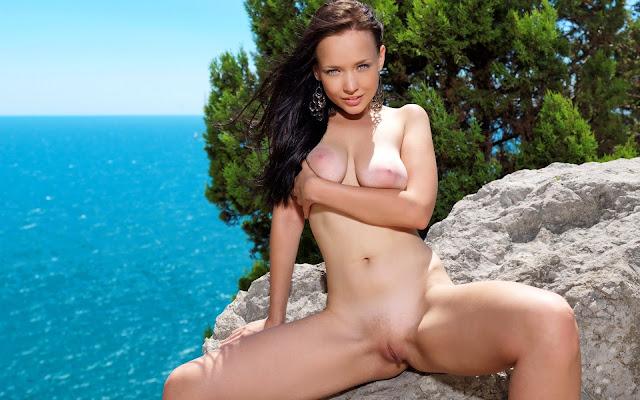 Обнаженная, девушка, грудь, тело, пися, ножки, поза, сидит, камень, берег, деревья, море, вид