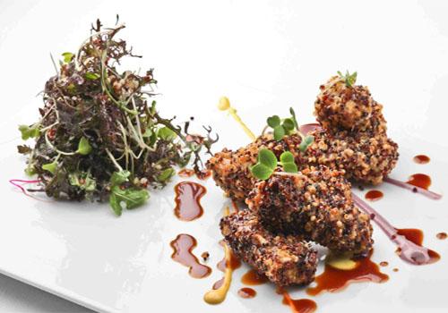 Bastones de pescado con crocante de quinua y ensaladita de brotes