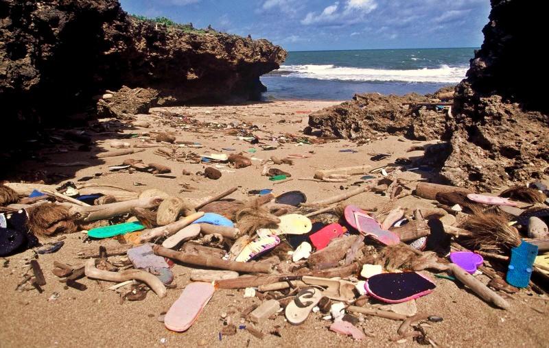 Chinelos poluem uma praia