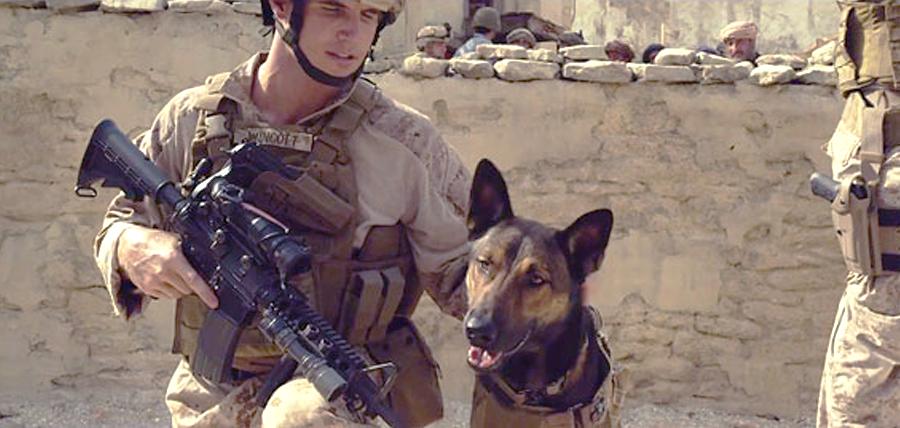 Max alături de partenerul său în Afganistan