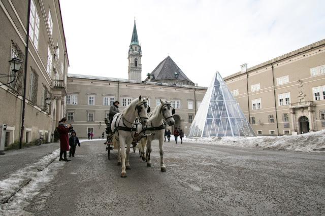 Carozza con cavalli in Domplatz-Salisburgo