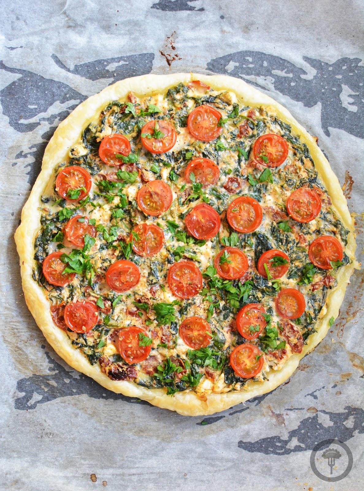 pizza na cieście francuskim ze szpinakiem, fetą i pomidorkami koktajlowymi
