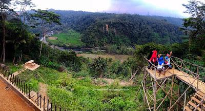 Sekelompok pegunjung sedang swafoto dengan background sungai Citanduy.