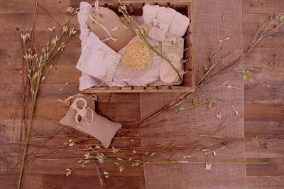 Caja de regalo con productos de baño y belleza