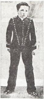 """Юный Чарли Чаплин в роли посыльного Билли в пьесе """"Шерлок Холмс"""" (1903)"""