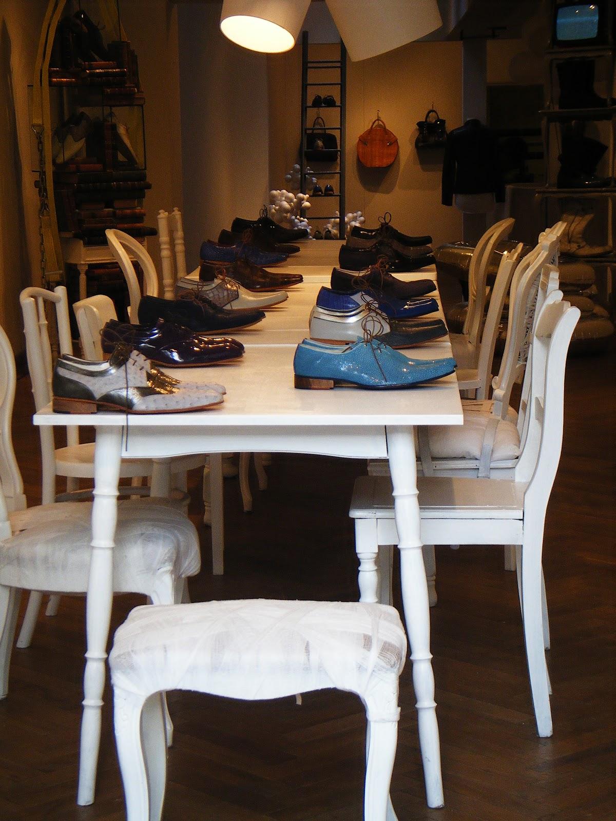 Une amusante boutique de chaussures