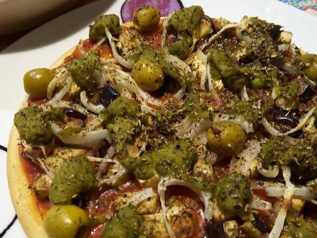 Fotografía de una pizza elaborada con ingredientes aptos para veganos
