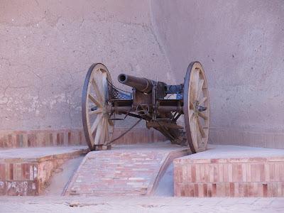 Cañón en la kasbah Taourirt
