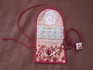 alfiletero, bordado, broderie, point croix, punto cruz, needle case, cross stitch, fob, carterita tijeras, scissors case, pochette ciseaux, biscornu, labores, accesorios costura